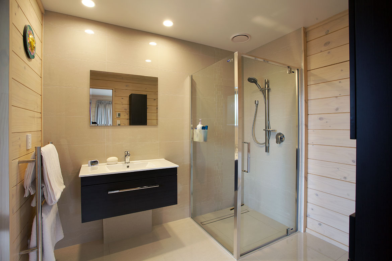 Lockwood Home Bathroom with wall hung vanity